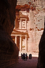 220px-Exiting_the_Siq_Petra.jpg